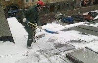 Киевских коммунальщиков обязали очистить крыши от сосулек