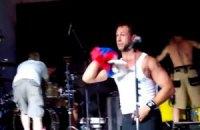 Басист группы Bloodhound Gang извинился перед украинцами за инцидент с флагом