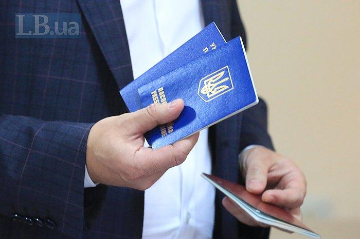 Адвокат Романа Насірова тримає паспорти свого підзахисного під час засідання суду в Києві