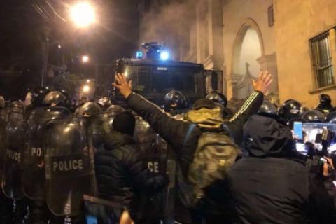 В Тбилиси силовики водометом разогнали митинг под парламентом