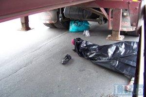 У Києві літня жінка загинула під причепом вантажівки