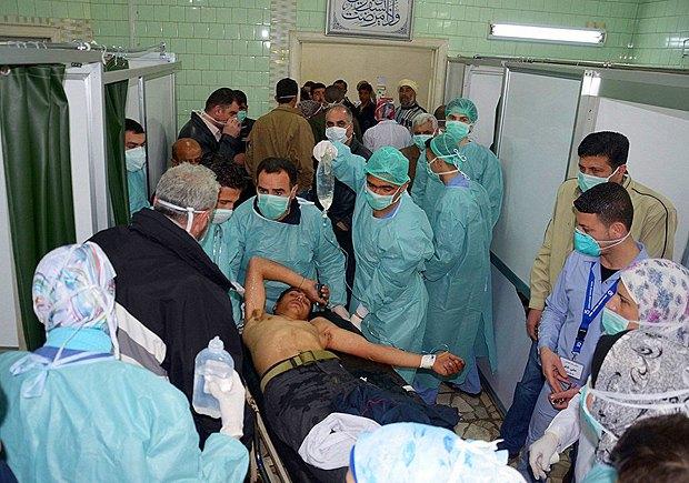 Местным жителям оказывают медицинскую помощь в после отравления газом в результате химатаки, Хан-Шейхун, Сирия.