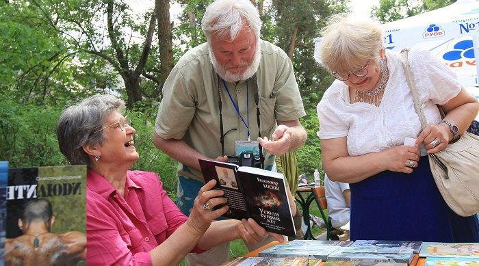 На книжковому ярмарку у парку Письменників