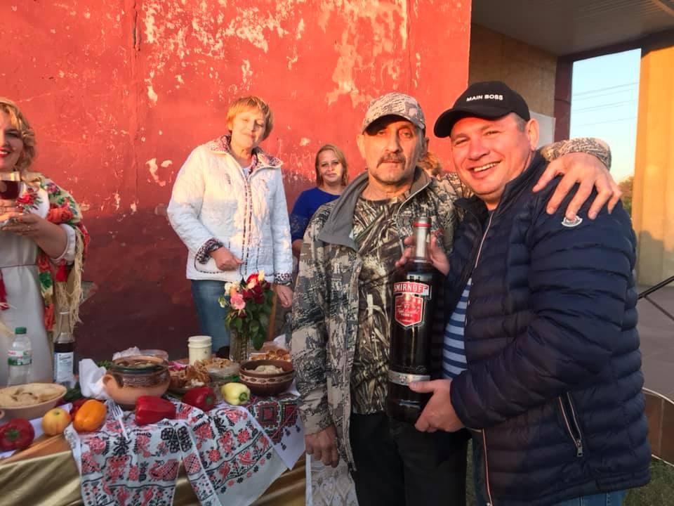 Евгений Рищук (справа) на сельском празднике
