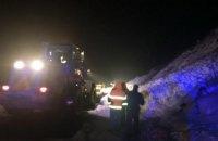 """Снігова лавина перекрила дорогу біля """"Центру Європи"""" в Закарпатській області"""