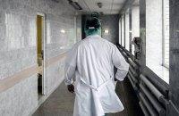 Врач, обвиненный в харассменте, продолжает работать в киевской больнице