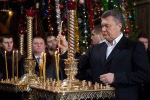 Янукович помолився у Лаврі з Клюєвим і Пшонкою, в Києві як і раніше стріляють