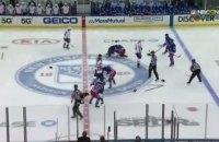 На стартовом вбрасывании в матче НХЛ возникла массовая драка