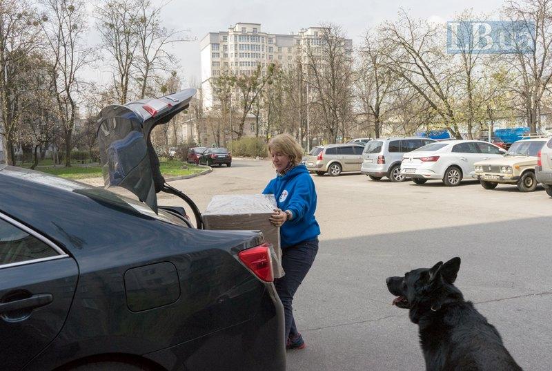 Валентина змушена самостійно носити 22-кілограмові коробки з апаратами.