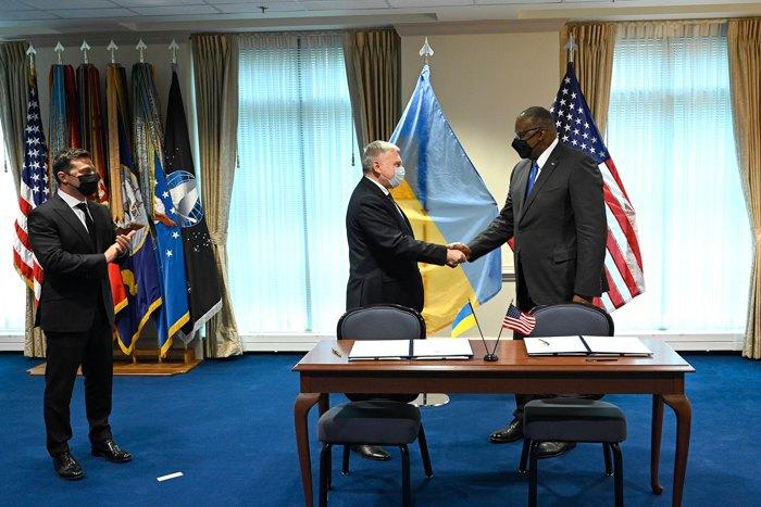 Міністр оборони України Андрій Таран і міністр оборони США Ллойд Остін після підписання рамкової угоди про стратегічні засади оборонного партнерства, Пентагон, 31 серпня 2021.