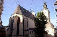 В центре Львова неизвестный прострелил ногу играющей на скрипке девушке