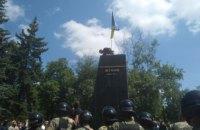 Протестующие против партии Кернеса и Труханова снесли памятник Жукову в Харькове