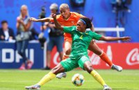 На женском Чемпионате мира по футболу камерунка чуть не разбила голову сопернице бутылкой воды