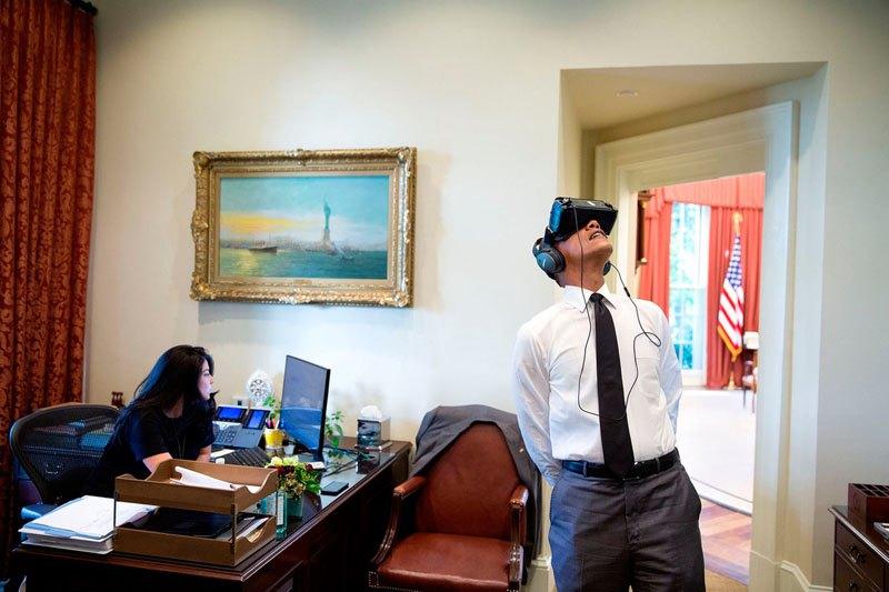 Президент смотрит фильм в виртуальной реальности. 24 августа 2016 года
