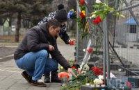 Киевляне несут цветы к посольству РФ в память о Немцове
