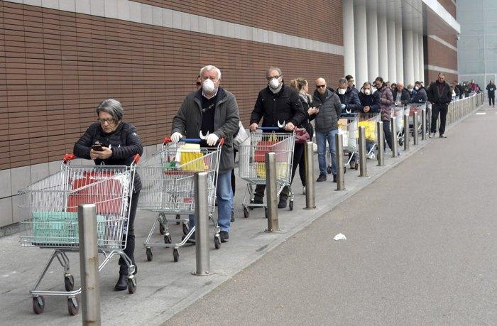 Черга у супермаркет в Мілані, 10 березня 2020
