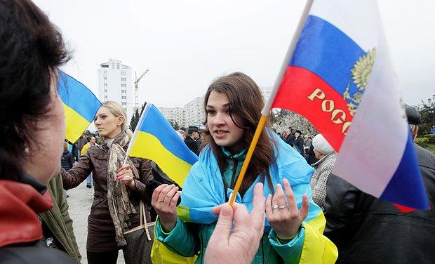 Проукраинские и пророссийские активисты на митинге весной 2014 г.
