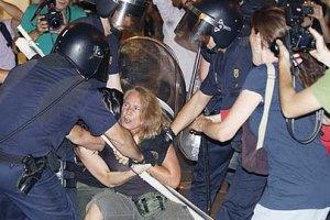 Испанцы продолжают бунтовать против визита папы Римского