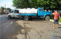 Четыре человека пострадали при столкновении микроавтобуса с молоковозом во Львовской области