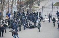 Аваков обещает наказать бойца, который ударил задержанного на Банковой