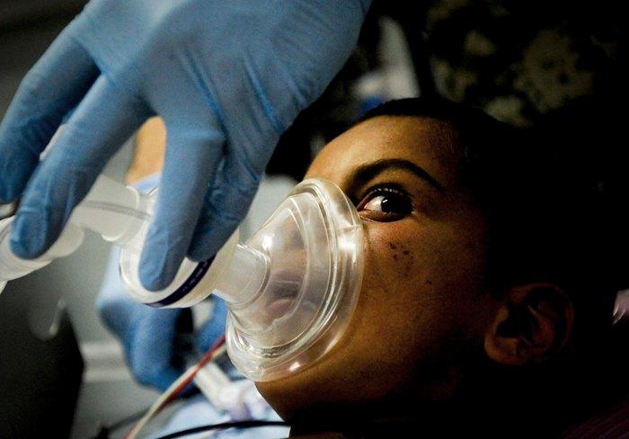 Пацієнту дають наркоз перед операцією