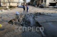 В Киеве на Подоле из-за прорыва теплотрассы провалилась часть тротуара и дороги