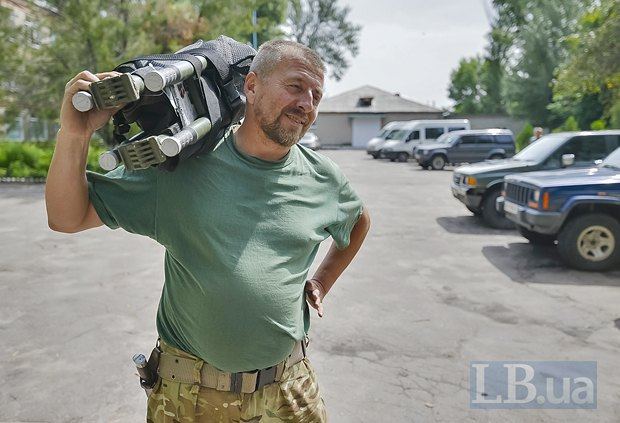 Водитель Вася готовит машину скорой помощи к дежурству.