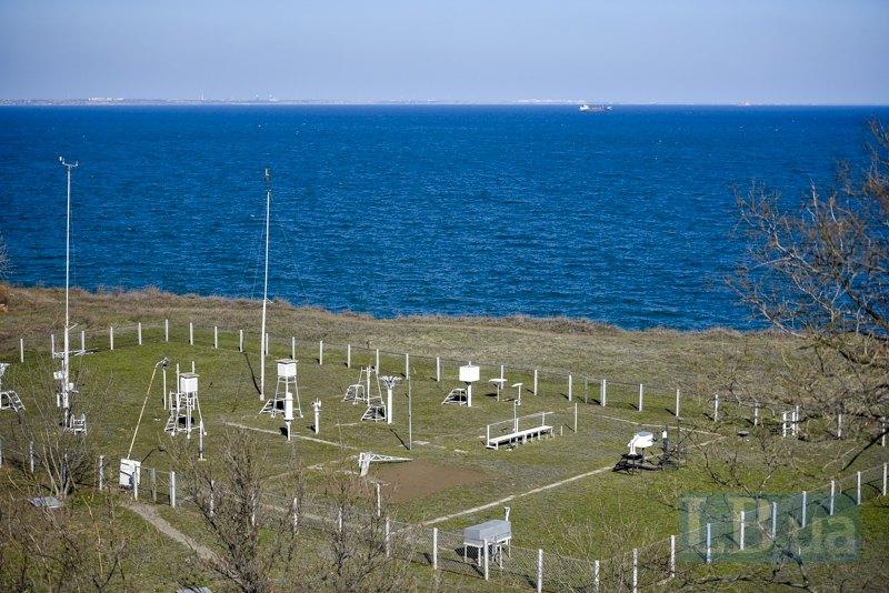 Майданчик Гідрометцентру Чорного й Азовського морів, що курує всю прогнозувальну діяльність п'яти південних областей. Прилади вимірюють тиск, видимість, кількість сонячної радіації, температуру.