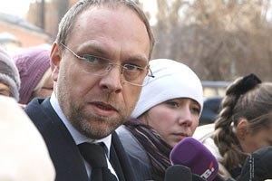 Власенко: законом заборонено привозити сьогодні Тимошенко в суд