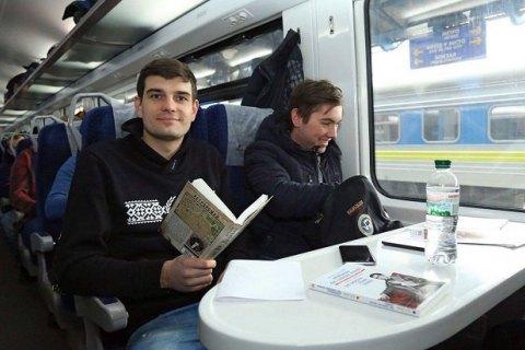 """""""Укрзализныця"""" начала продавать книги в поездах"""
