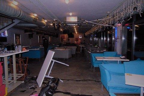 У Києві відвідувачі організували бійку в ресторані і протаранили його на авто