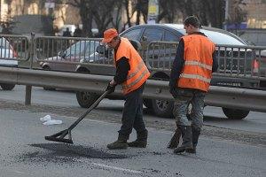 Киевские дороги ремонтируют в 50-ти местах