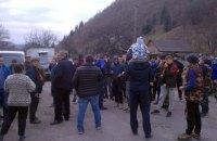 На Закарпатті місцеві жителі заважають прикордонникам будувати паркан на кордоні з Угорщиною