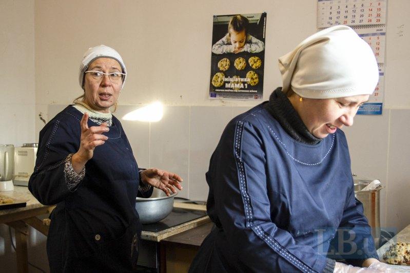 Оля та Світлана (праворуч) на кухнi