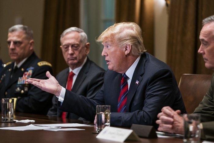 Президент США Дональд Трамп обращается к журналистам во время совместной пресс-конференции с министром обороны Джеймсом Мэттисом (слева от него) и председателем Объединенного комитета начальников штабов Джозефом Данфордом (справа), Белый Дом, Вашингтон, 23