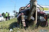 В Киеве ВАЗ вылетел с дороги и протаранил столб