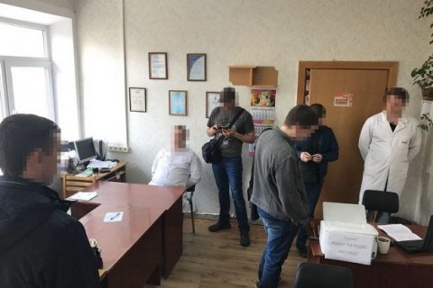 Сотрудник Департамента здравоохранения КГГА и врач-ортопед попались на взятке