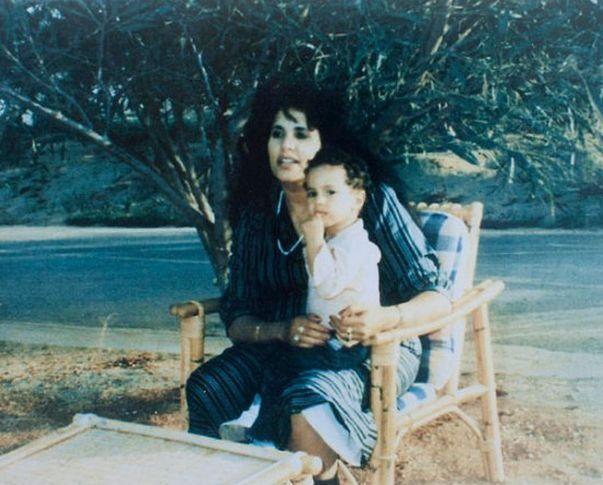Вторая жена полковника Сафия Фаркаш с ребенком.