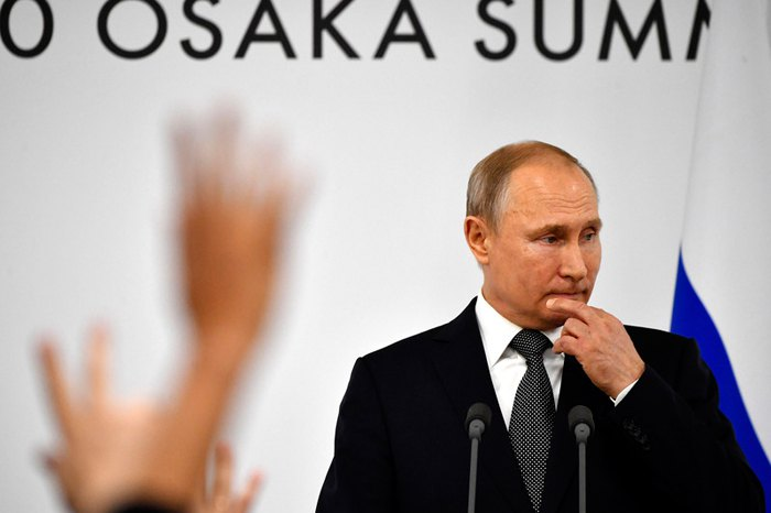 Президент России Владимир Путин отвечат на вопросы журналистов на саммите G20 в Осаке