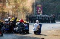 В Мьянме во время протестов в воскресенье погибли около 40 человек