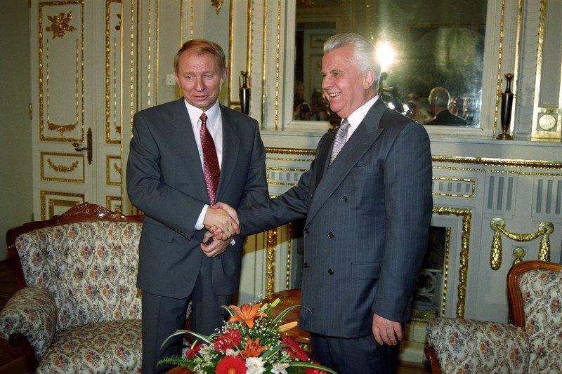 Новообраний президент Кучма тисне руку Кравчуку, 19 липня 1994 року.