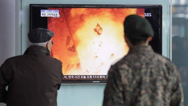 Жители Южной Корее смотрят репортаж о ядерных испытаниях северных соседей