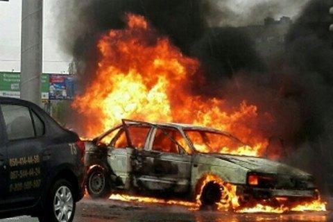 На Дарницькій площі у Києві згорів автомобіль