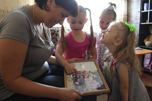 Мама Ирина Раранчук со своими принцессами