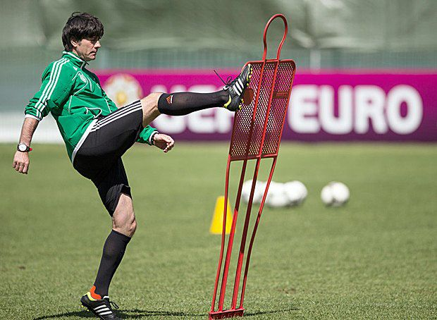 Тренер сборной Германии Йоахим Лев во время тренировки