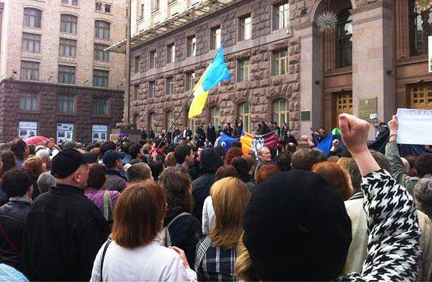 Митингующие возле КМДА. 14:50