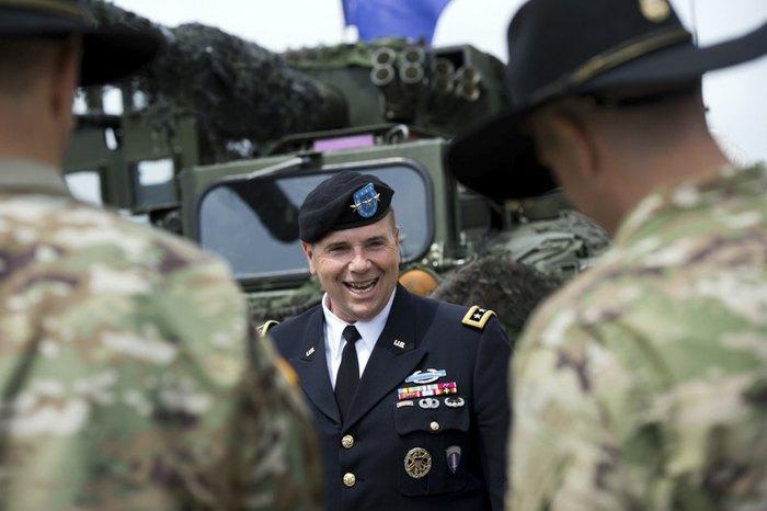 Бен Ходжес беседует с солдатами армии США в Военно-историческом музее в Дрездене, 1 июня 2016.