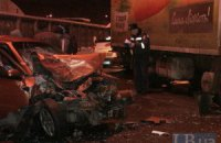 ДТП у Києві: після зіткнення з вантажівкою Chevrolet зім'яло до невпізнання