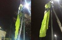 У Києві чоловік стрибнув з парашутом з 30 поверху і повис на стовпі