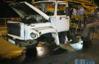 ДТП в Киеве: пьяный водитель на большой скорости въехал в автовышку